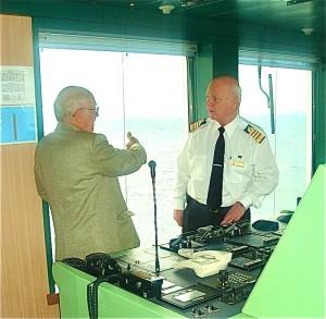 Alain Hervé discutant avec le commandant du Queen Mary