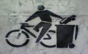 cycliste jetant sa voiture à la poubelle