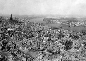Cologne détruite par les bombardements alliés en 1945 (dr)